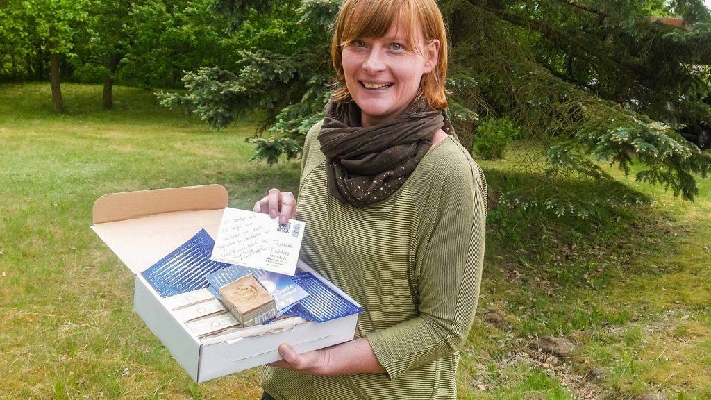 Jana Thum mit dem Paket.